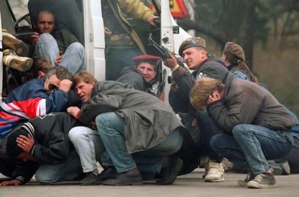 Soldado bosnio y civiles bajo fuego en Sarajevo, 1992